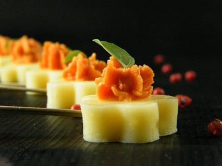 Stick flor de provolone com tomate seco e manjericão