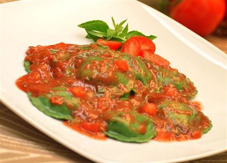 Raviolli verde de búfala ao pomodoro e manjericão (1kg)